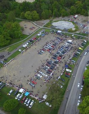 Runt 140 bilar med säljare brukar komma till den årliga marknaden. Foto: Privat