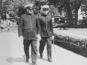 Poliserna Elof Roos och CG Helleday patrullerar i Stadsparken på 1930-talet. Fotograf: Okänd