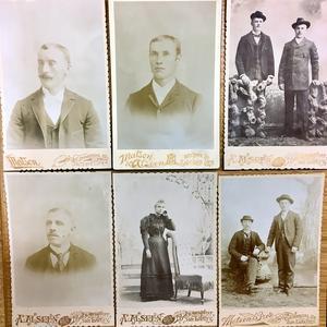 Första raden från vänster:  Andrew Bergquist 1894, William Henrikson 1893, Andrew Anderson och Olof Lindquist 1894. Nedreraden: Gustaf Holmstedt 1894, Annie Svenson 1894 och Andrew Anderson och Magnus Olson 1893. Samtliga Murray, Utah.