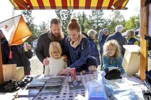Daniel och Frida Smedberg fick hjälp av sonen Gustav och hans kusiner Inez och Lilly Uhlin att identifiera fåglar hos Bird life Medelpad.