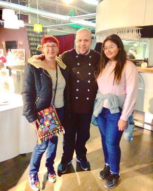 Mina fick träffa en av sina förebilder inom konditorvärlden – Björn Ali, fjolårets vinnare av tv-programmet Det stora tårtslaget. Till vänster mamma Elitsa Hallqvist.