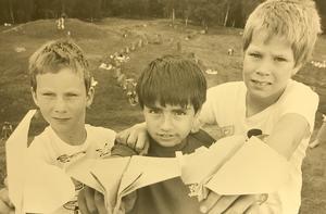 Oskar Johansson 10 år, förstapristagare i pappersvaletävlingen 1986. Andrapristagaren Andreas Wickström 9 år kom tvåa och Staffan Larsson 11 år kom trea. Foto Tony Persson/VLT:s arkiv