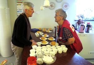 Britt Marie Åkerblad serverades fika på Seniormässan av Inger Eriksson.