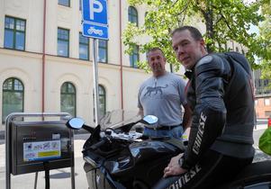 MC-förarna Johan Thell (till höger) och Magnus Fridsén välkomnar Faluns satsning på förvaringsskåp i anslutning till MC-parkeringar.