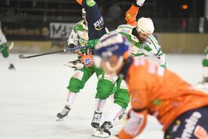 Det blev en rejäl smäll när Magnus Joneby och Per Hellmyrs krockade efter dryga halvtimmens spel.