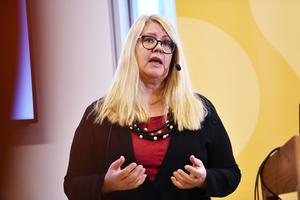 SKL:s chefsekonom Annika Wallenskog varnar för att regioner och kommuner kan komma att få svårt att betala ut sina löner.