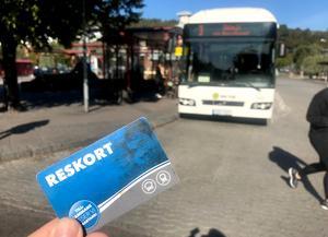 Kommunen vill spara pengar på kollektivtrafiken genom att minska subventioneringen på ungdoms- och seniorbusskorten. Från kommunens sida är detta en rejäl klimatvurpa, skriver Alva Danielsson.