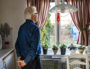 Pensionärer lever sitt liv i karantän. Foto: Jonas Ekströmer/TT