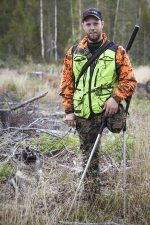 Med sina filmer vill Jonas Johansson visa att det går att vistas i skog och mark, även om man har ett funktionshinder.