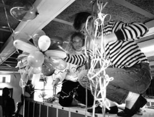 Anneli Pettersson och Jonas Reppe prydde Palmcrantzskolans korridorer med serpentiner och ballonger inför studentfirandet 1989.