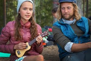 Matilda Ronay och trubaduren Emil Eklöv. Foto: Jerry Engström