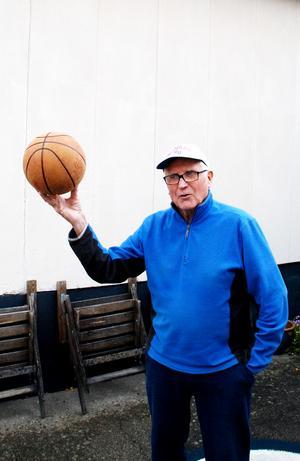 Någon gång ibland tar Erling fram basketbollen som han fortfarande hanterar smidigt.