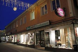 På torsdagen var det släckt i Linneskåpets butikslokal. Det var dock tänt i skyltfönstren.