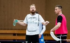 Jonas Berglund bildar en andrakedja med Alexander Johansson och Jakob Jonsson.