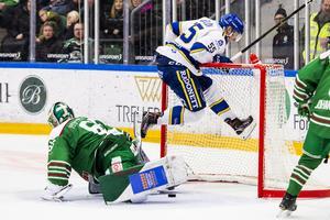 Ahnelöv jublar genom att lyfta undan målburen efter 1–1-målet i andra perioden. Foto: Niclas Jönsson/Bildbyrån.