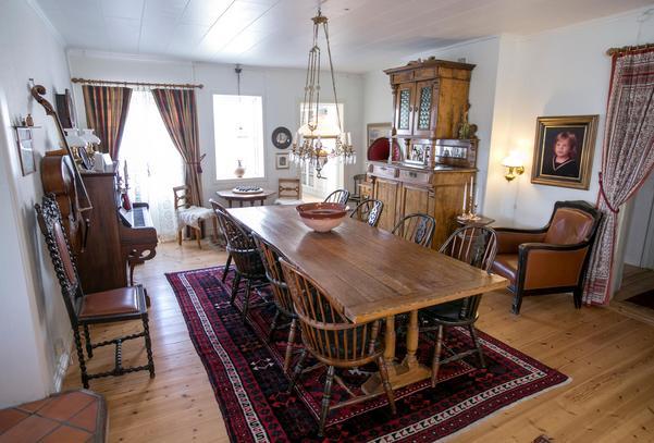 Matsalsbordet är gjort av  gamla plankor. Den stora skänken är gjord av en möbelsnickare som vandrade förbi Mats farmors och farfars handelsbod i Norrland. Trots takhöjden fick de kapa av den översta delen av skåpet för att få in det.