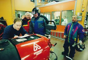 Privatpersoner kom till brandstationen med sina snöskotrar för att hjälpa till. Erik Klingström, Räddningstjänsten, organiserade bland annat transporter som utfördes av skoterförare.