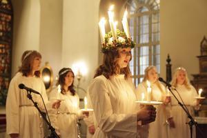 Tilda Hansson och tärnorna sjunger för kyrkobesökarna.