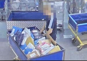 På övervakningsfilmen som finns med i polisens förundersökning syns hur den anställde rotar runt bland försändelser, öppnar paket och stoppar på sig saker. Bild: Postnords övervakningskamera.