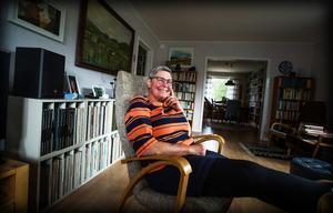 Maria Hamberg har återvänt hem – född i Docksta 1954 var steget inte långt till Ullånger 2009. Men däremellan har hon flyttat runt i landet, och arbetat inom tung industri, något som också återspeglas i hennes böcker.