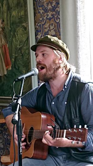 Andreas Nilsson med rötterna i Granvåg utanför Sollefteå sjöng ett knippe av Dan Anderssons tonsatta dikter. Foto: Uno Gradin.