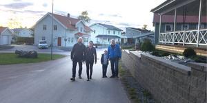 Gäddeholm är ett prydligt villaområde med asfalterade gator, men Patrik och Jessica Olsson, Richard Hellström med sonen Folke längtar efter riktiga kommunikationer in till det närbelägna Västerås.