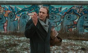 När ängeln Damiel (Bruno Ganz) blir mänsklig kan han också blöda och känna smärta. Foto: Pressbild/Wim Wenders Stiftung