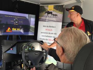 74-årige Salabon Ejvind Asplund testade bilkörning i simulatorn under överinseende av Boris Karlkvist från Älgskadefondsföreningen. Plötsligt var olyckan framme.