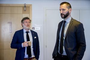 Advokaterna Henrik Bodén, till vänster, och Christian Shumkov försvarar de båda misstänkta männen från Örnsköldsvik.