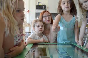 Förskolläraren Emilia Sandberg  tycker det är viktigt att även förskolan hänger med i den digitala utvecklingen.