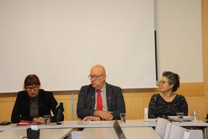 Delar ur regionledningen berättade om felaktig fakturering på kollektivtrafikförvaltningen; från vänster regiondirektör Karin Stikå Mjöberg. regionstyrelsens ordförande Ulf Berg (M) och regionjurist Lena Jönsson.