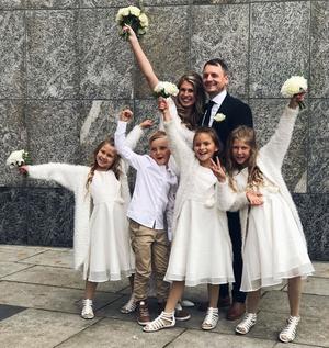 Kiki och Pelle gifte sig  i Västerås Stadshus 2017. Med på bröllopet var barnen Novalie, Arvid, Elvira och Chanelle.  Foto: Privat