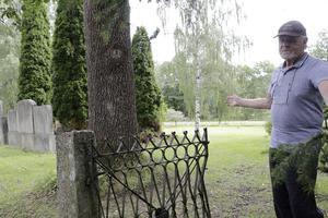 Här ligger brukskyrkogården, berättar Sten B Norén, som jobbat 30 år på Wedevåg och kan mycket om dess historia.