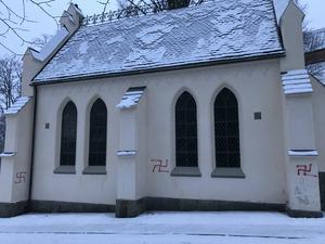 Tre hakkors har sprejats på Kyrkbackskapellet. Foto: Dennis Jansson