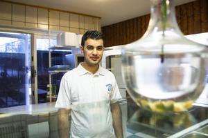 Ali Mstou står redo i köket inne på Pizzeria Blomkransen.