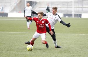 Nikola Ladan vinner en kamp med Filip Rogic i derbyt på Behrn arena. Men ÖSK vann matchen med 1–0.