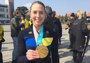 Sofia Mabergs med sin guldmedalj.