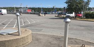Den gamla pumpstationen i hamnen i Nynäshamn är i ett dåligt skick. Nu när den snart behöver ersättas tycker Socialdemokraterna att det är en dålig idé att lägga den nya pumpstationen precis invid kajen.