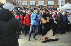 Patrik Jämteborn och Erika Skogen, vid sin sida gjorde allt för att musikvideon skulle bli till belåtenhet för regissören Robin Lindqvist.