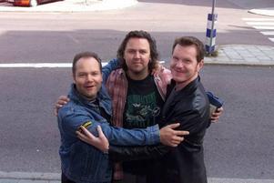 TIO. När bandet firade decennium kramades de så här. Nu har de varit tillsammans i 20 år.