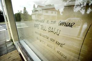 Nytt i korsningen. Snart tas pappret bort från skyltfönstren och det är dags för nya verksamheter. Både i det före detta glasmästeriet och huset PRO tidigare hyrde tvärsöver gatan. Bild: GÖRAN KEMPE