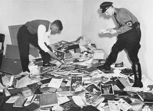 Tyska studenter och SA-män plundrar ett forskningsbibliotek i Berlin och förbereder ett bokbål i maj 1933. Foto: Okänd