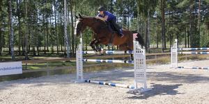 Det nya underlaget gör att man kan hoppa på högre hinder. Här är det Mikaela Fungdahl som sveper över 1,35 meter.