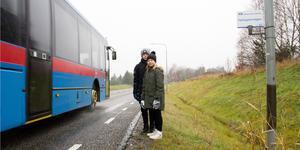 Busshållplatsen där Edit, 9 år, och Ture, 11 år, kliver på bussen till skolan i Fellingsbro är bara en skylt på en lyktstolpe och barnen tvingas stå nära trafiken, något som känns extra farligt i morgonmörkret.