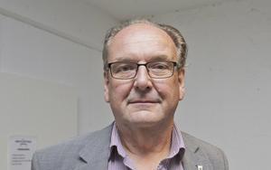 Anders Röhfors (M)-ordförande i direktionen för Västra Mälardalens kommunalförbund, vill inte kommentera hur han ser på att brandkåren inte kan skicka en brandbil på ett larm. Han är irriterad över Bbl/AT:s rapportering, säger han.
