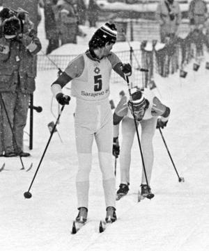 Thomas Wassberg stakar mot mål för att lämna över till Benny Kohlberg i Sarajevo 1984. Bild: Jan Collsiöö/TT.