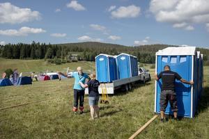 Sven Eric Juneberg instruerar  Pia Arvidsson och Martin Sundberg hur han vill att toaletterna ska placeras.