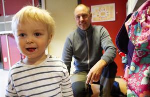 Olle Sundell, 2 och pappa Fredrik Vengelin på väg hem efter att besökt Vindpusten i Idenor.