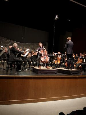 Cellosolisten Daniel Thorell, 21 år, framförde  Camille Saint-Saëns cellokonsert.  Foto: Linda Hellstrand