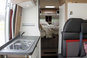 Litet kök, sovrum, badrum och fyra sittplatser vid bordet får plats trots bilens lilla format.